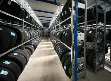 Reifenlagerung in Reifenlagerhalle